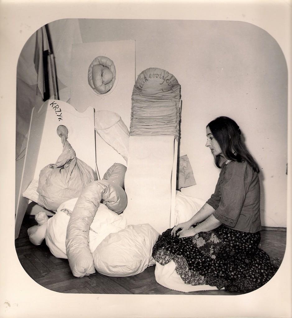 """Maria Pinińska-Bereś na tle swoich prac po performensie """"Przejście poza kołdrę"""", BWA Kraków 1978, fot. archiwum rodziny"""