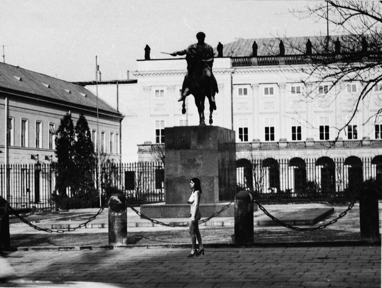 """Ewa Partum, z cyklu """"Samoidentyfikacja"""", 1980, wł. Dolnośląskie Towarzystwo Zachęty Sztuk Pięknych"""