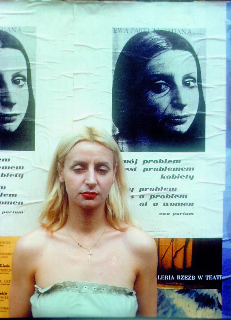 """Ewa Partum na tle plakatów """"Mój problem jest problemem kobiety"""", Warszawa 1978"""