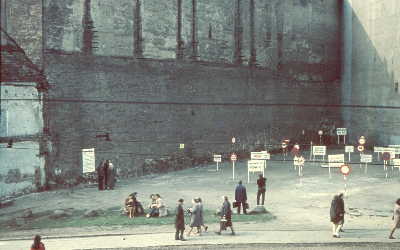"""Ewa Partum, """"Legalność przestrzeni"""", instalacja na Placu Wolności w Łodzi, 21-23 kwietnia 1971, fot. w kolekcji Muzeum Narodowego w Warszawie"""