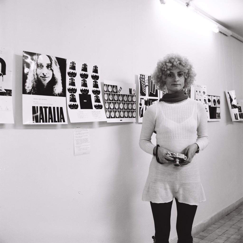 Natalia LL na swojej wystawie w Galerii Współczesnej, Warszawa 1972