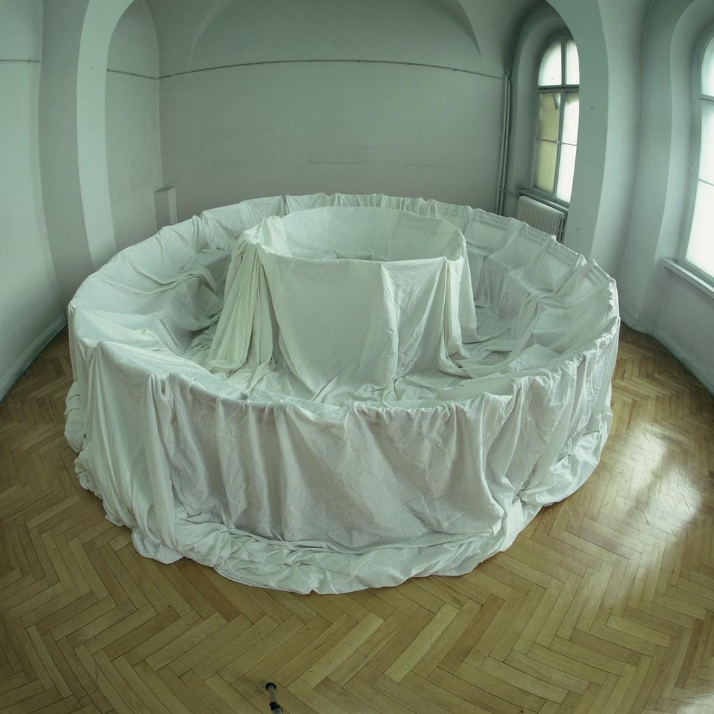 """Natalia LL, """"Krąg tajemny"""", instalacja w Muzeum Narodowym Wrocławiu 1992"""