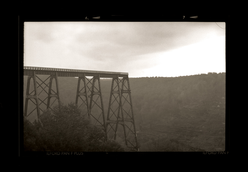 """Cykl """"Kalendarz szwajcarski, rok 1912"""": """"Kinzua Bridge, 2009"""", fot. Andrzej Jerzy Lech"""
