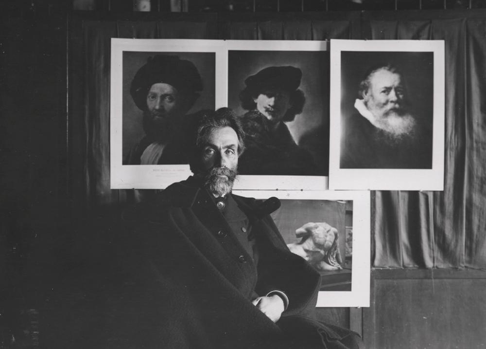 Fotograf nieznany, Stanisław Witkiewicz na tle kolekcji dzieł sztuki Józefa Siedleckiego, ok. 1903 (dzięki uprzejmości Stefana Okołowicza)