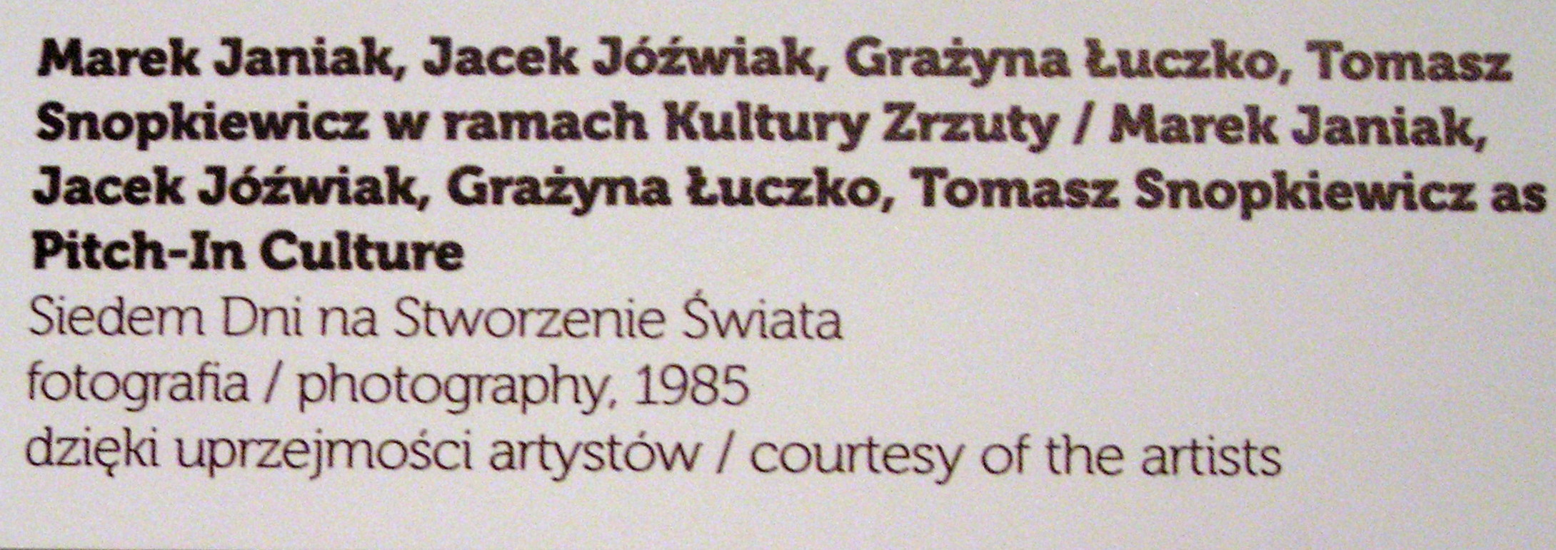 """Niewłaściwy podpis pod pracą, który powinien brzmieć: krąg Łodzi Kaliskiej i grupa Urząd Miasta, """"Siedem dni na stworzenie świata"""", 1985 (1981), fot., malarstwo, fot. K. Jurecki"""