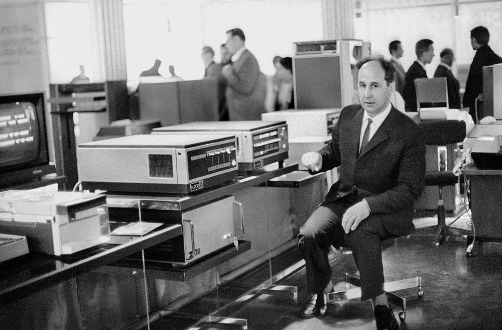 Czerwiec 1971. Jacek Karpiński z komputerem K-202 na Targach Poznańskich. Fot. Aleksander Jałosiński / FORUM