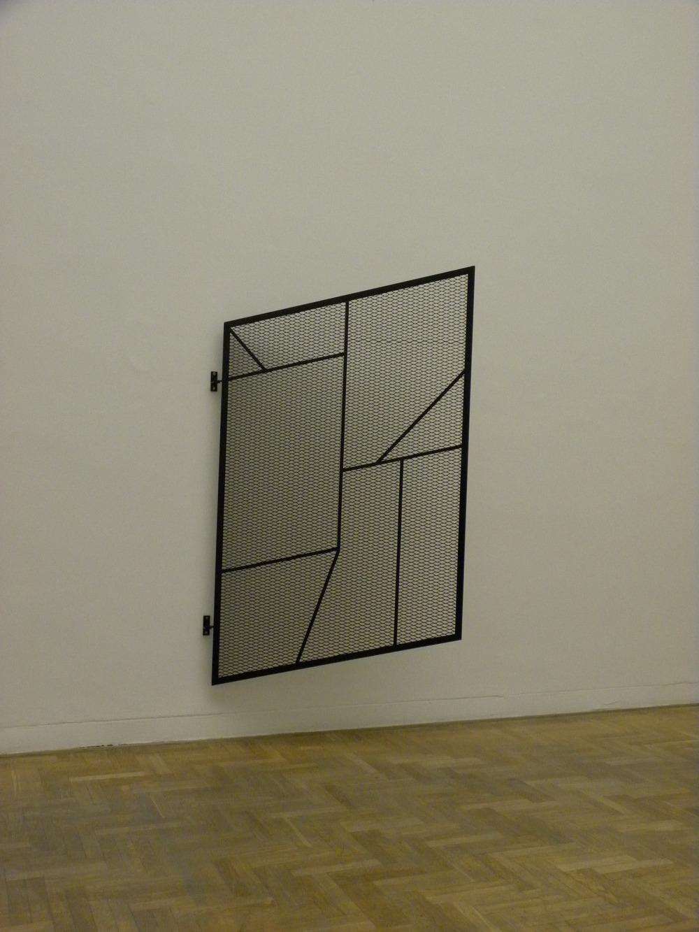 """Martin Boyce, """"Jesteśmy delikatni i niepowstrzymani. Pojawiamy się i znikamy"""", 2004, fot. Piotr Sikora"""