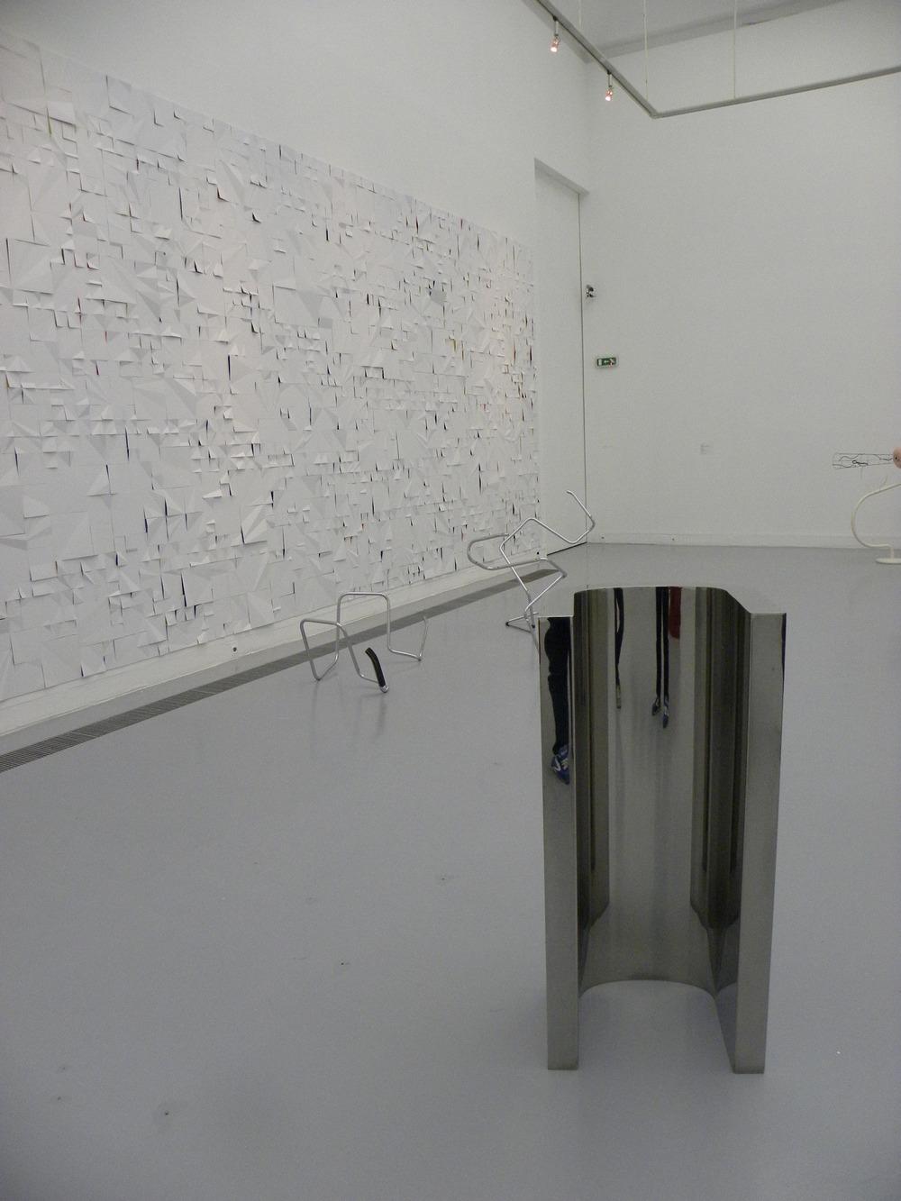 Widok z wystawy, na pierwszym planie Wade Guyton, Bez tytułu, 2007, fot. Piotr Sikora