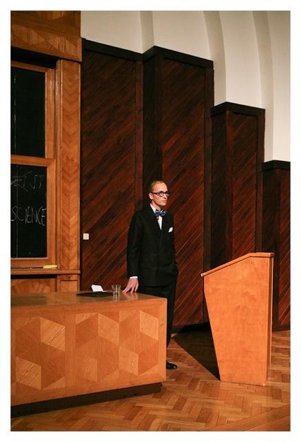 """""""Fabryka szczęścia. Wykład, którego nie było"""". Nicholas Grospierre jako Le Corbusier, fot. Michał Dąbrowski (źródło: materiały prasowe organizatora)"""