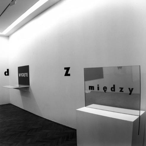"""Stanisław Dróżdż, obiekt """"Między"""", Galeria Foksal, 1994, Copyrights: Anna Dróżdż (źródło: materiały prasowe organizatora)"""