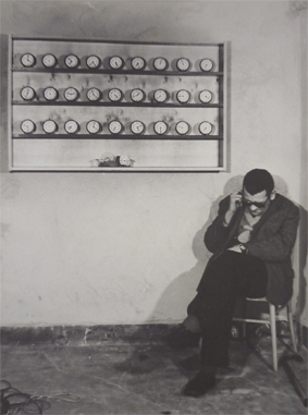 """Stanisław Dróżdż w przestrzeni wystawy """"Zegary. Poza konkretem"""", Zakład nad fosą, Wrocław, maj 1981 (źródło: materiały prasowe organizatora)"""