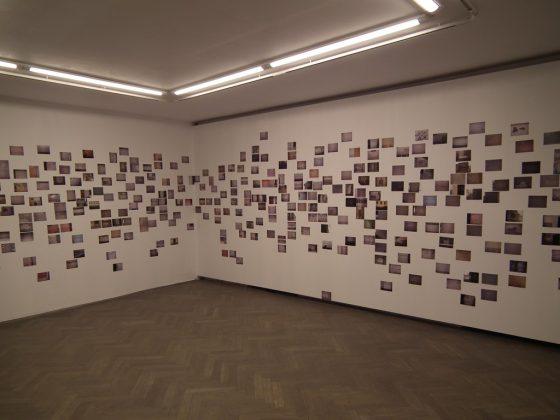 """Dan Perjovschi """"Legalnie, nielegalnie lub na odwrót"""", Galeria Arsenał w Białymstoku, 21 grudnia 2012 – 17 stycznia 2013, fot. Kamil Kopania"""