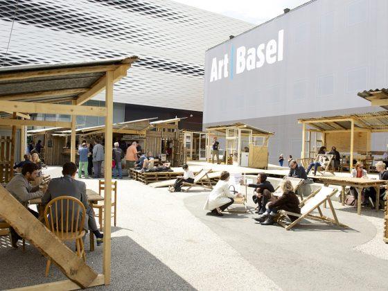 Art Basel 2013 | Tadashi Kawamata | Favela Café, 2013 MCH Messe Schweiz (Basel) AG (źródło: materiały prasowe organizatorów)