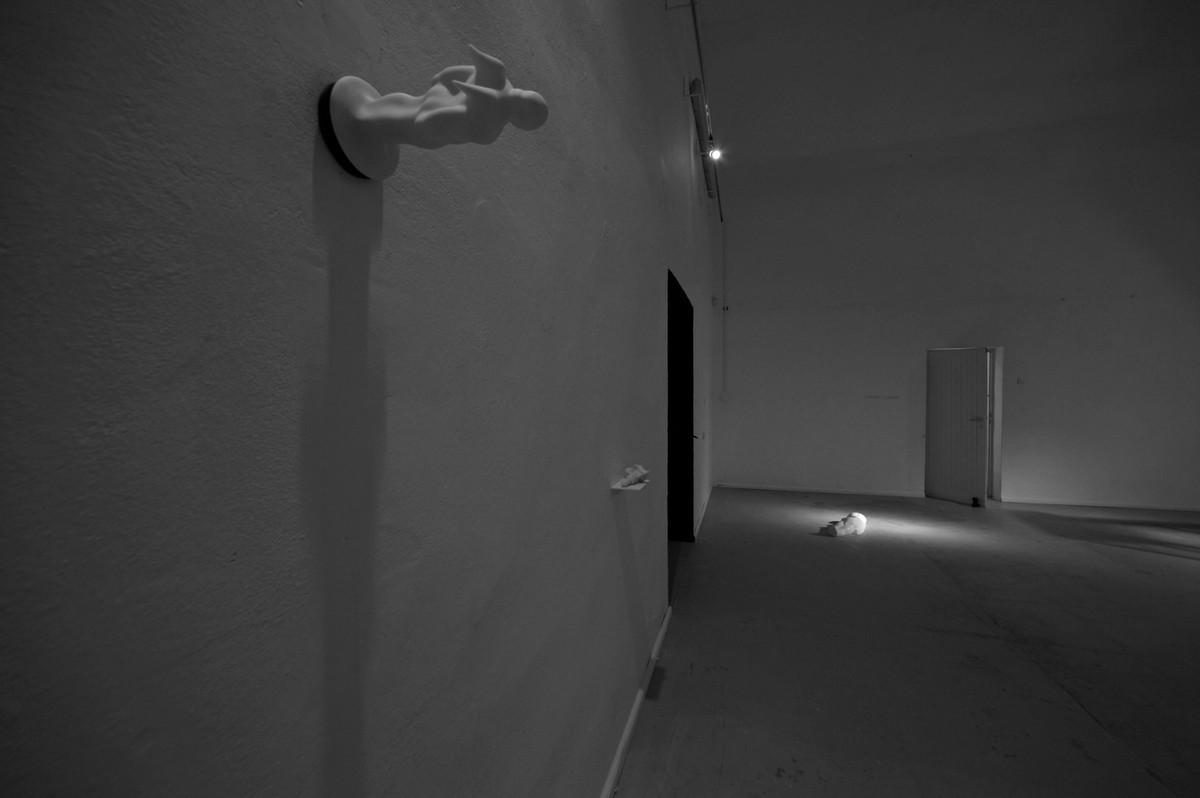 Na pierwszym planie Tomasz Skórka, Anioł – z cyklu przyssawki, pcw, guma, 2006 (źródło: materiały Kwartalnika Orońsko)