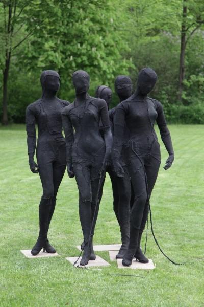 """Magdalena Abakanowicz, """"Manekiny czarne"""", 1972 – praca prezentowana na wystawie """"Magdalena Abakanowicz – retrospektywa"""" w Orońsku, fot. Jan Gaworski (źródło: materiały prasowe organizatora)"""