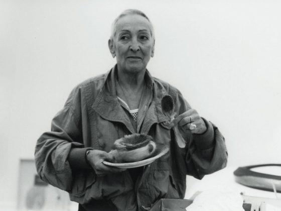 """Margit Baumann, """"Meret Oppenheim i Śniadanie w futrze«"""", 1971 © Margrit Baumann, Bern (źródło: materiały prasowe wiedeńskiego Bank Austria Kunstforum)"""