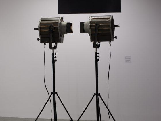 """Jan Berdyszak, """"Dwa reflektory naprzeciwko"""", instalacja i fotografia na PCV, 1983/1988, praca z kolekcji CSW """"Znaki Czasu"""" w Toruniu. Fot. archiwum CSW w Toruniu"""