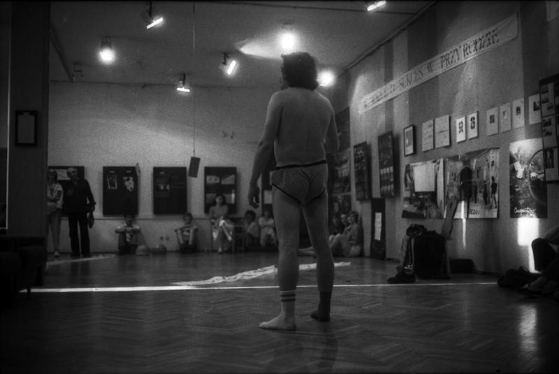 """Adam Rzepecki, """"Artysta polski"""", performance, BWA Konin, 1986 (źródło: dzięki uprzejmości A. Rzepeckiego)"""