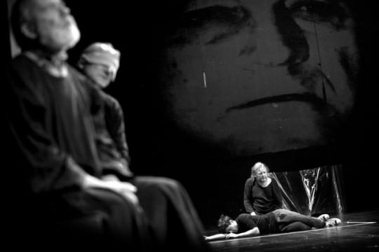 """""""Bramy raju"""", reż. Paweł Passini, Wrocławski Teatr Współczesny, 2014, fot.Tomasz Żurek (źródło: materiały prasowe Wrocławskiego Teatru Współczesnego)"""