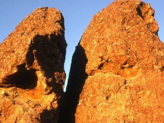 Hanging Rock, Australia (źródło: Wikimedia Commons)
