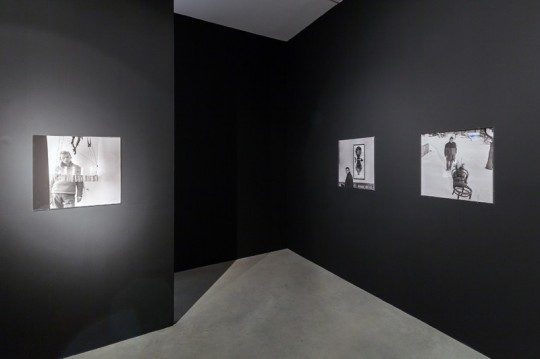 """Wystawa """"Władysław Hasior. Europejski Rauschenberg?"""", Muzeum Sztuki Współczesnej w Krakowie MOCAK, 2014, fot. Rafał Sosin (źródło: dzięki uprzejmości Muzeum)"""