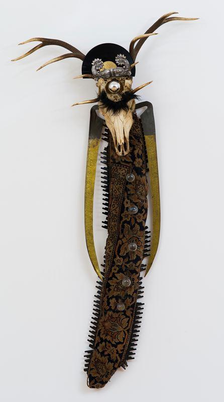 """Władysław Hasior, """"Stary anioł"""", 1965-81, asamblaż, 210 × 107 × 28 cm, ze zbiorów Muzeum Sztuki w Łodzi (źródło: materiały prasowe Muzeum)"""