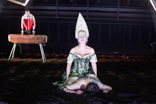 """Tadeusz Miciński, """"Termopile polskie"""", reż. Jan Klata, Teatr Polski we Wrocławiu, 2014, fot. Natalia Kabanow (źródło: materiały prasowe Teatru)"""