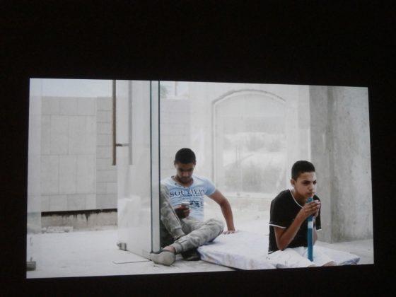 """Akram Zaatari, """"Exploded Views"""" (2014), kadr z filmu wideo, fot. E. Wójtowicz (źródło: dzięki uprzejmości autorki)"""