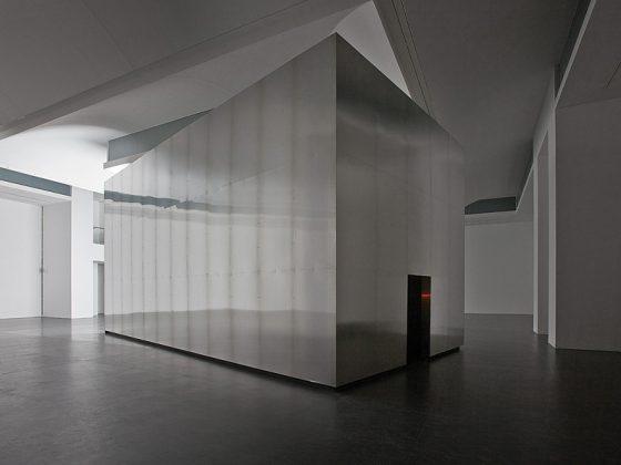 """Alfredo Jaar, """"Brzmienie ciszy"""", 2014, widok instalacji w CSW """"Znaki Czasu"""" w Toruniu, fot. Wojciech Olech (źródło: dzięki uprzejmości CSW i Artysty)"""
