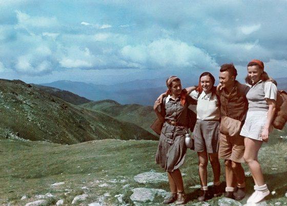 Iezerul Mare, lipiec 1942. Od lewej: Janina Łozińska, Danuta Strzeszewska, Tadeusz Gaydamowicz i Ada Donotkówna, FOT. ZE ZBIORÓW TADEUSZA GAYDAMOWICZA / OK (źródło: kwartalnik Karta)