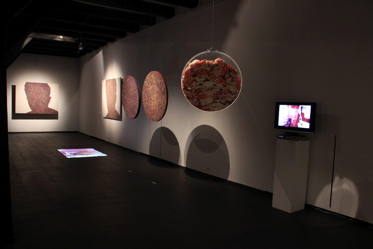 """Krzysztof Gliszczyński, """"SYNthesis&enERGY. Obrazy, residua malarskie i wideo"""", Galeria Wozownia w Toruniu, 2016 (źródło: materiały prasowe Galerii)"""