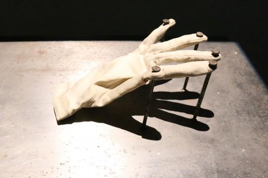 VALIE EXPORT, Die sofortige Befreiung der Hand [Natychmiastowe uwolnienie ręki], 1973, obiekt, rzeźba; fot. Diana Kołczewska (źródło: dzięki uprzejmości organizatora)
