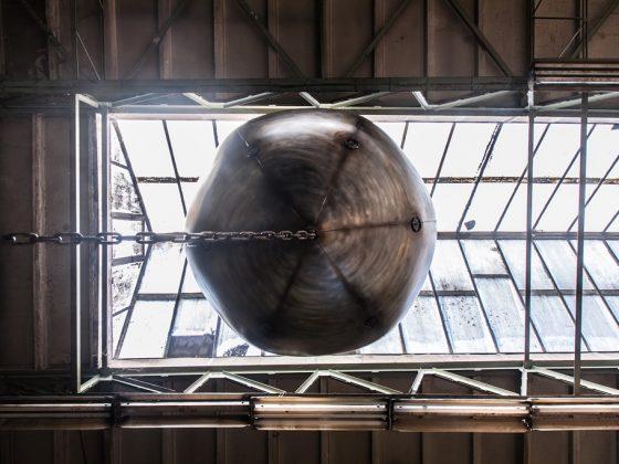 """Mikołaj Smoleński, """"Wrecking Ball(oon)"""", 14. Przegląd Sztuki SURVIVAL, fot. Olga Jasnowska (źródło: dzięki uprzejmości organizatora)"""