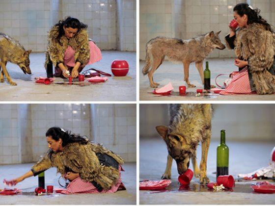"""Pilar Albarracín, """"She-wolf"""", 2006, wideo, 2 min. 47 sek., © Muzeum Współczesne Wrocław (źródło: materiały prasowe organizatora)"""