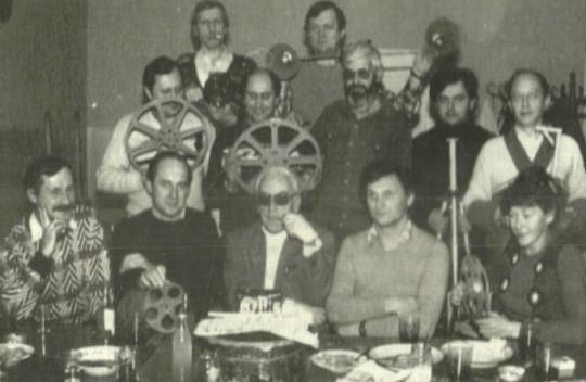 """Członkowie AKF-u """"Iks"""" wraz z instruktorem Leonem Wojtalą (źródło: materiały czasopisma EKRANy)"""