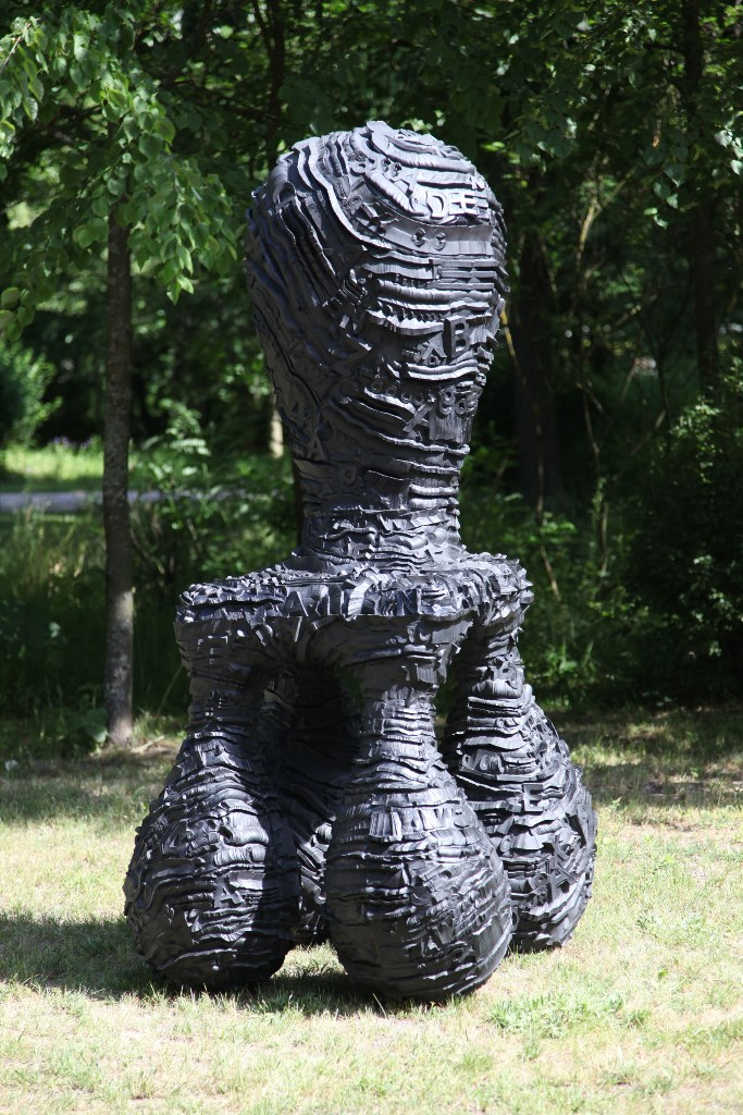 """Praca prezentowana na wystawie """"Tony Cragg. Rzeźba"""", CRP Orońsko, 2016, fot. Jan Gaworski (źródło: materiały Kwartalnika Rzeźby Orońsko)"""