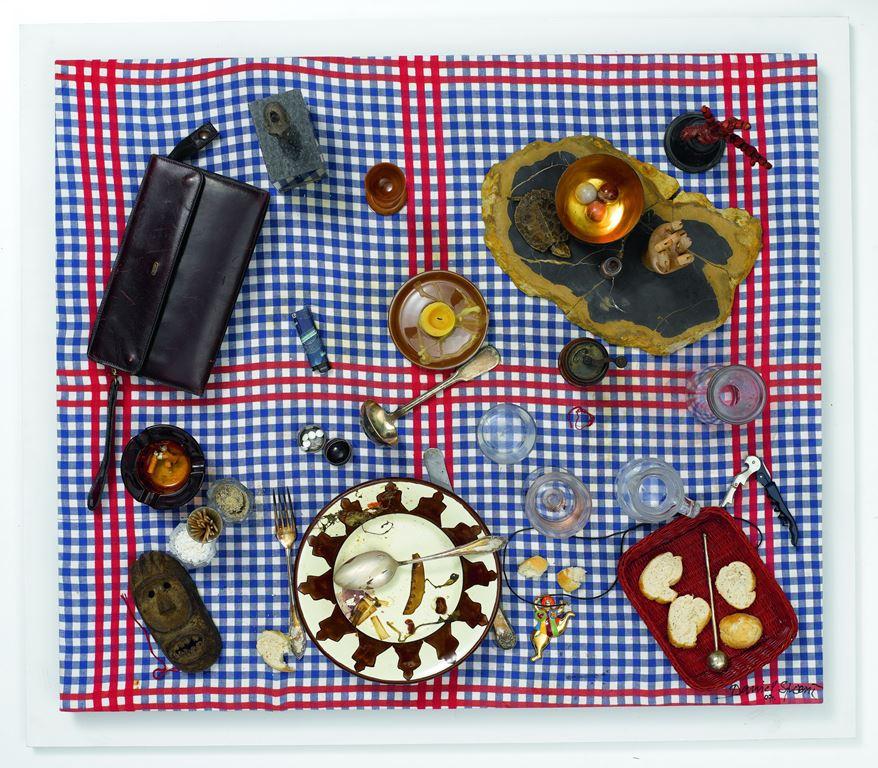 Fałszywy stół-pułapka – portret J. A. (Faux tableau piège - Porträt J. A.), 2007, asamblaż, 88 × 101 × 31 cm, courtesy D. Spoerri, LEVY Galerie, Hamburg (źródło: materiały prasowe organizatora)