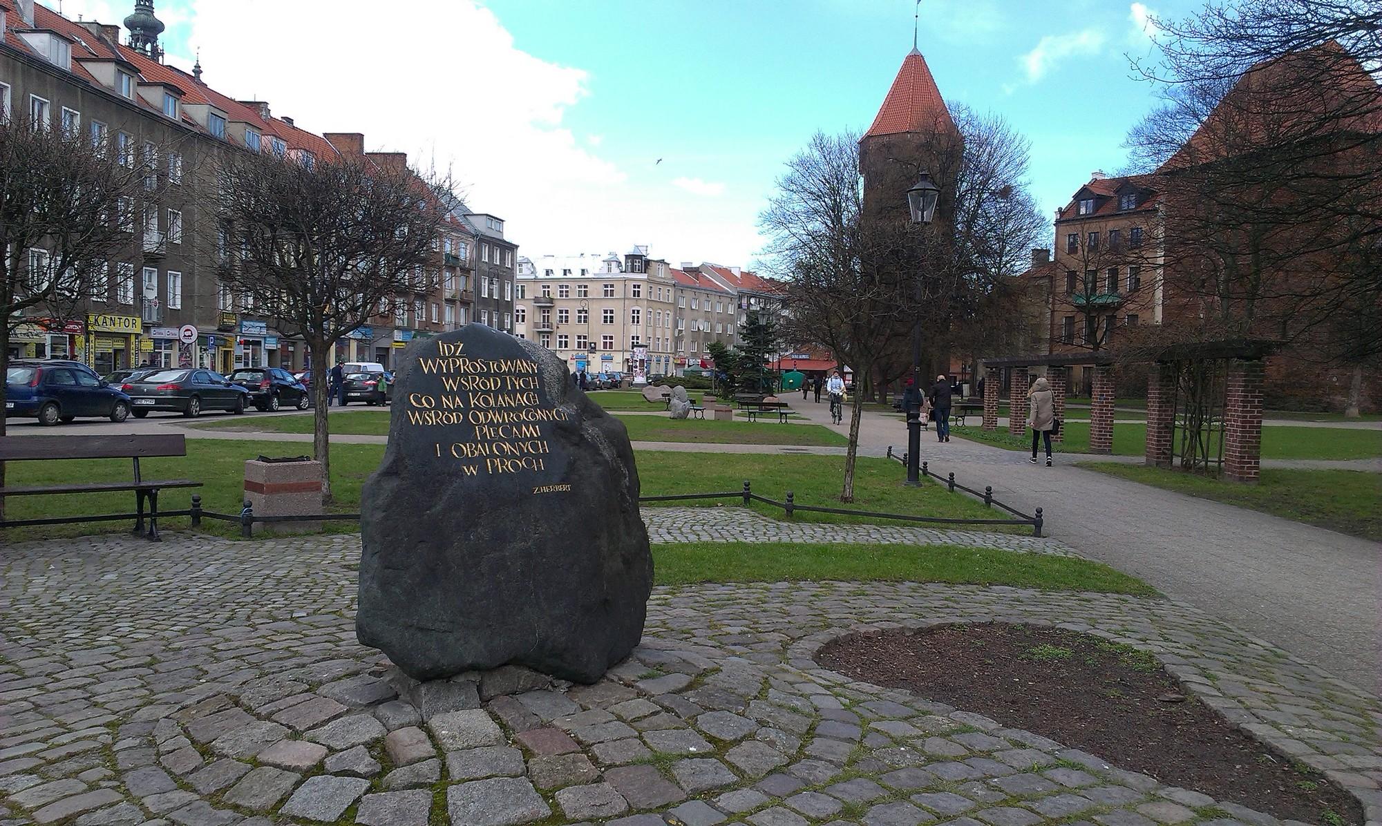 Obelisk z fragmentem wiersza Zbigniewa Herberta, plac Kobzdeja, Gdańsk, fot. Stako (źródło: Wikimedia Commons, CC BY-SA 4.0)