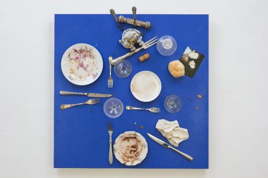 Bistro świętej Marty (Das Bistro der heiligen Martha), 2014, asamblaż, 71,5 × 71,5 × 30,5 cm, courtesy D. Spoerri, LEVY Galerie, Hamburg (źródło: materiały prasowe organizatora)