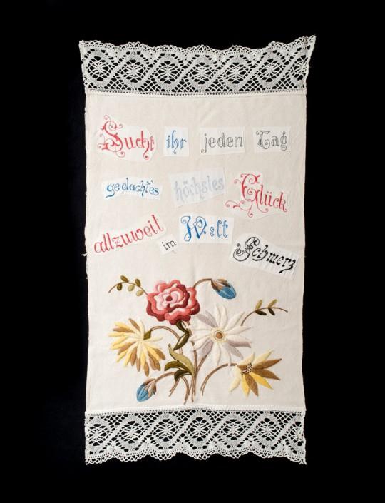 Wyblakła przepowiednia nr 18 (Fadenscheiniges Orakel Nr. 18), 2014, haft, kolaż tekstowy, 109 × 57 cm, courtesy D. Spoerri, LEVY Galerie, Hamburg (źródło: materiały prasowe organizatora)