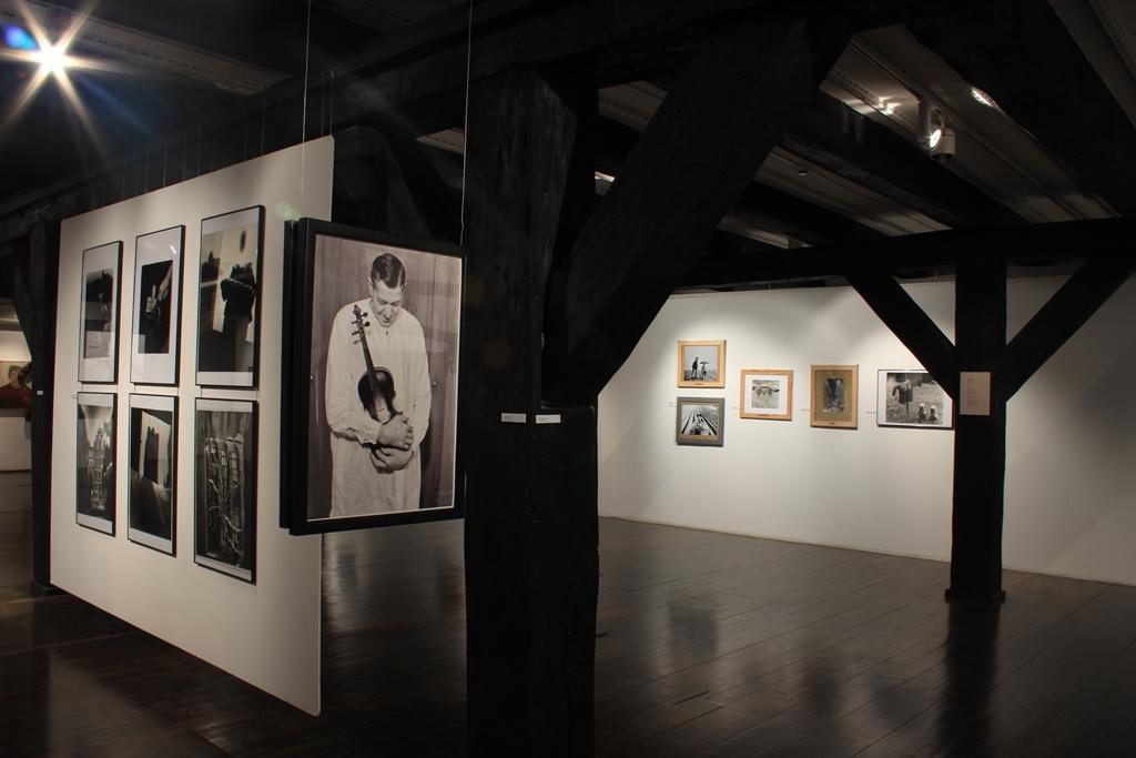 """Widok ogólny wystawy, na pierwszym planie """"Skrzypek"""", 1969, fotokolaż, fot. K. Napiórkowski (źródło: dzięki uprzejmości Galerii Wozownia)"""