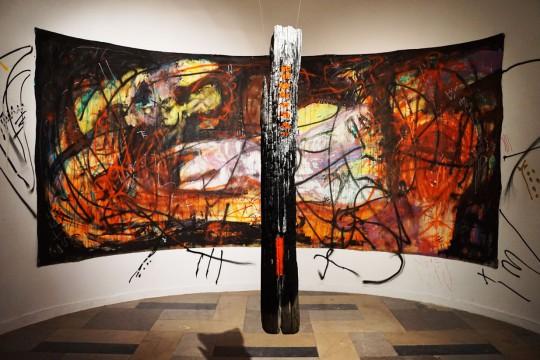 """Piotr Ambroziak, Life, 2016, akryl, spray, płótno, 220 x 500 cm, widok wystawy: """"Pressures of Existence"""" w Galerii Rotunda w Poznaniu (źródło: dzięki uprzejmości artysty)"""