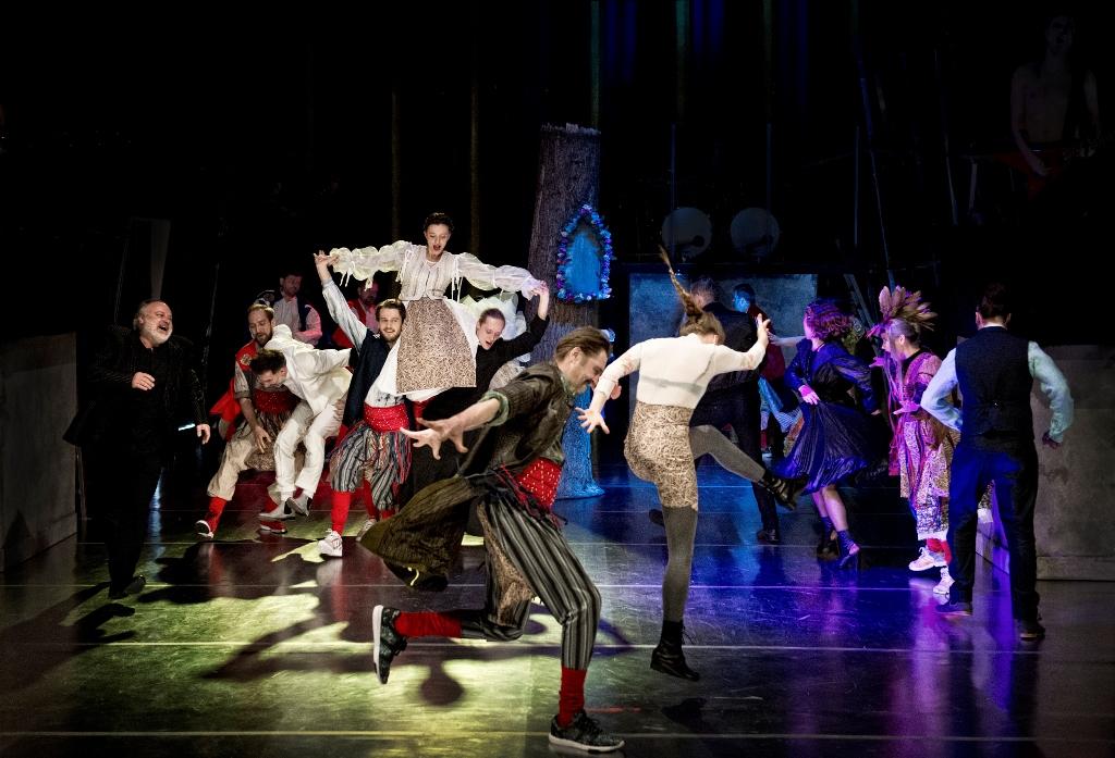 """Narodowy Stary Teatr im. Heleny Modrzejewskiej w Krakowie, """"Wesele"""", reż. Jan Klata, fot. Magdalena Hueckel, 2017 (źródło: dzięki uprzejmości Teatru)"""