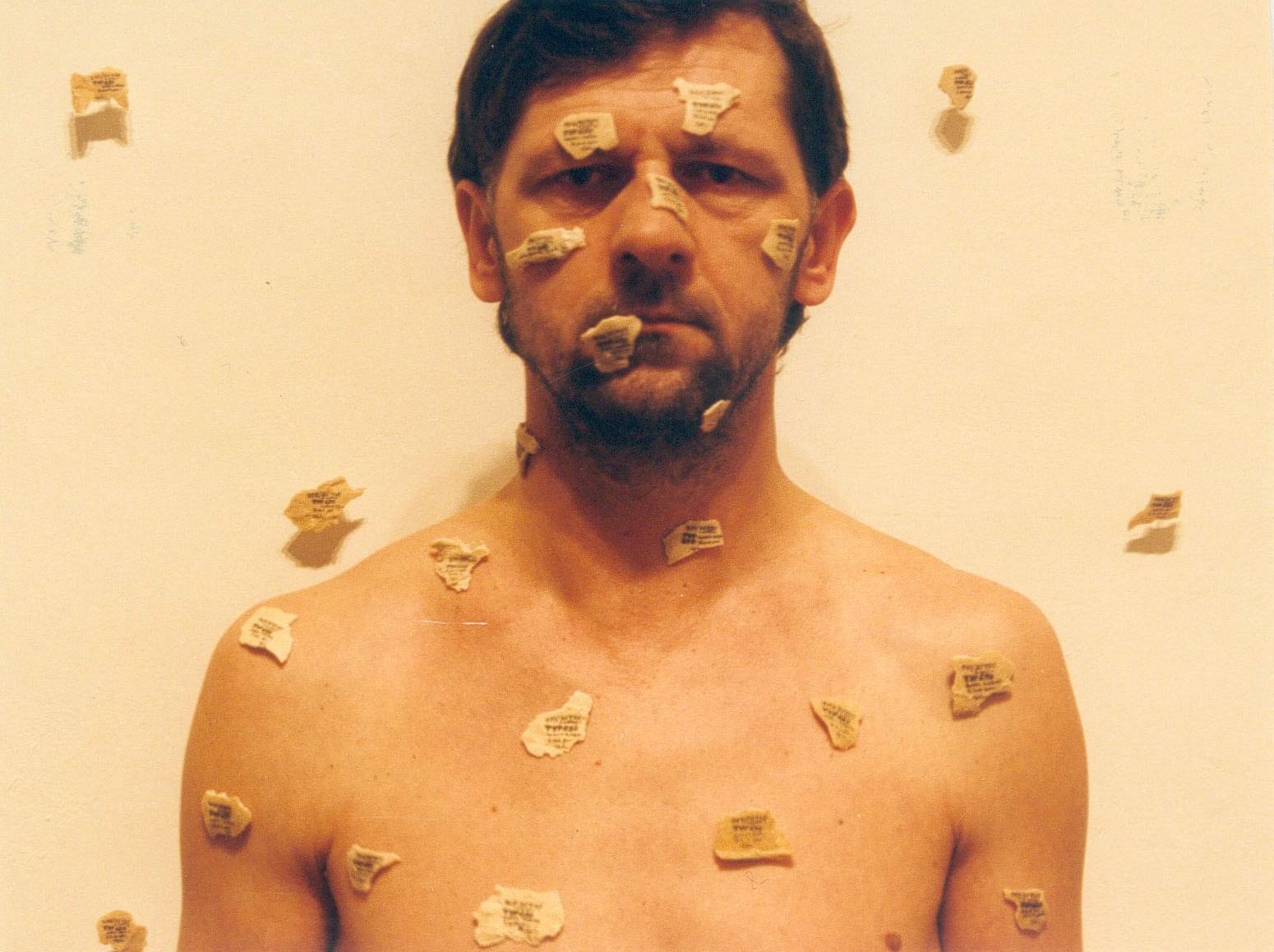"""Jan Gryka, """"Autoportret z drobinami"""", Galeria Biała, Lublin 2003. Fot. Jan Gryka (źródło: materiały prasowe kwartalnika """"Akcent"""")"""