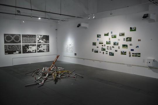 Od lewej: Société Réaliste, Większa Europa, wydruki na papierze, 2008-2009; Hubert Czerepok, PL/EU, instalacja, 2017; Marina Naprushkina, Jak Niemcy zarabiają na uchodźcach, linoryt na prześcieradle, 2017 (współpraca: Kheda Ilyasova, Marwa Almokbel); Yaroslav Futymskyi, Płacz, instalacja 2005-2017; Jadwiga Sawicka, SERCE KRAJU, instalacja, 2017; fot. Wojciech Pacewicz (źródło: materiały prasowe organizatora)