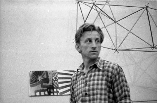 """Oskar Hansen podczas wystawy w Teatrze Żydowskim w Warszawie (Salon """"Po Prostu""""), 1957 (źródło: materiały prasowe organizatora)"""