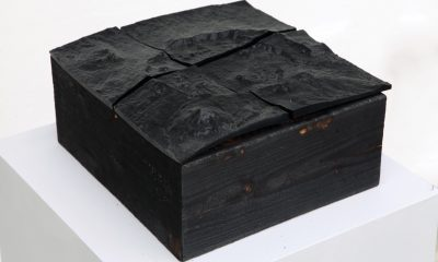 "Thorsten Goldberg, ""53°20'N"" (Góra Okmok), 1:20, druk 3D na bazie spalonego drewna, fot. Jan Gaworski"