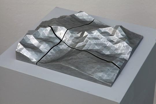 """Thorsten Goldberg, """"53°20'N"""" (Góra Chown), 1:20, 2012, obiekt wydrukowany i pomalowany ołówkowym grafitem model 3D (źródło: materiały kwartalnika)"""