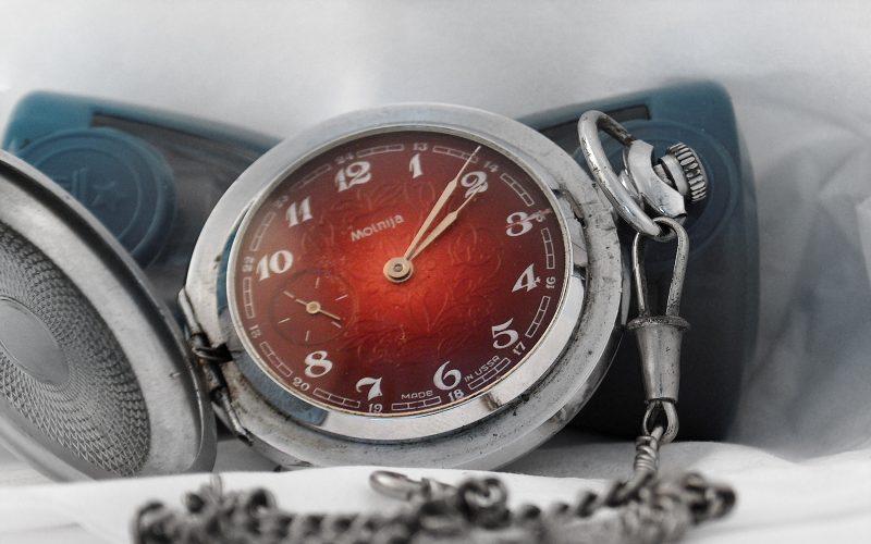 zegarek Mołnia z czerwoną tarczą