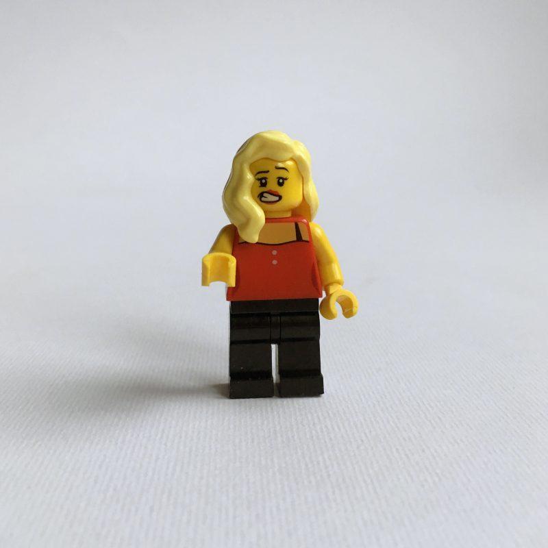 figurka lego fotografia wykonana przy oknie